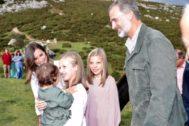 La Princesa Leonor saluda a un niño en los Lagos de Covadonga durante su primer viaje oficial a Asturias, en septiembre de 2018.
