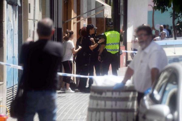 Agentes de la Policía Nacional y Local junto a varias personas a las puertas del bloque de pisos en la calle Espejo Blanca de Córdoba