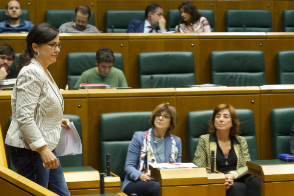 Cristina Macazaga, de Elkarrekin Podemos, pasa ante la consejera Murga en el Parlamento.