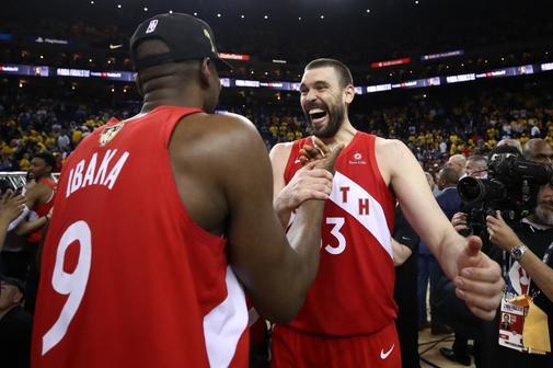 Ibaka y Marc Gasol, tras ganar el anillo de la NBA con los Raptors.
