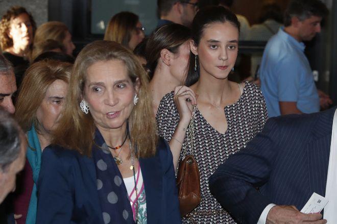 Victoria Federica, con gesto serio, junto a su madre.