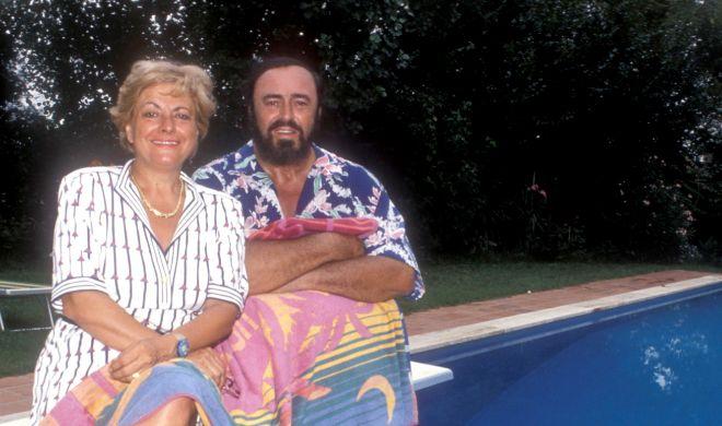 Luciano Pavarotti junto a su esposa, Adua, junto a la piscina de su casa de Pesaro,a comienzos de los 90.