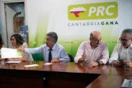 El presidente de Cantabria en funciones y del PRC, Miguel Ángel Revilla (2i) junto al diputado nacional José María Mazón (2d) durante el comité ejecutivo de esta formación, hoy en la capital cántabra. EFE/Pedro Puente Hoyos