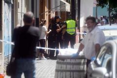 Agentes de la Policía Nacional y Local a las puertas del bloque de pisos en la calle Espejo Blanca de Córdoba .
