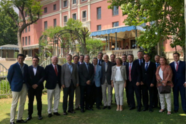 Responsables municipales, expertos y empresarios en los jardines del Villa Padierna Palace.
