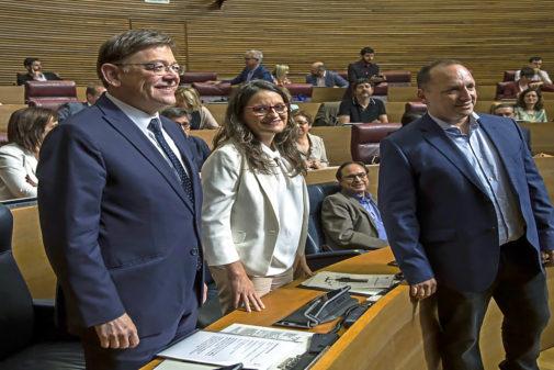 Ximo Puig (PSPV), Mónica Oltra (Compromís) y Rubén Martínez Dalmau, en las Cortes.