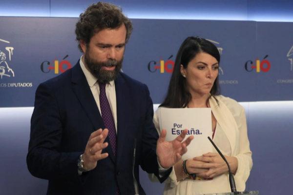 El portavoz de Vox, Iván Espinosa de los Monteros, junto a la diputada Macarena Olona, en rueda de prensa.