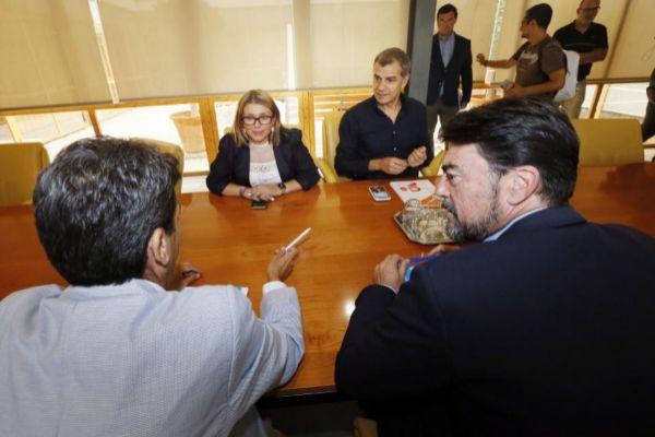 Los equipos negociadores en el Ayuntamiento de Alicante.