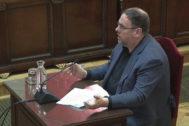 """GRAF7280. MADRID, 12/06/2019.- Imagen tomada de la señal institucional del Tribunal Supremo, del exvicepresidente de la Generalitat Oriol Junqueras, durante su turno de última palabra este miércoles en la 52ª y última jornada del juicio del """"procés"""", donde está acusado de rebelión, y en el que ha pedido """"devolver la cuestión al terreno de la política"""", de donde, según ha dicho, """"no debería haber salido"""", y ha reiterado que """"votar y defender la república"""" no puede ser delito. EFE/Tribunal Supremo"""