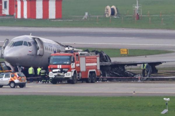 Equipos de rescate trabajan en el avión incendiado en el aeropuerto Internacional Sheremetievo de Moscú.