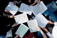 GRAFCAV4997. PAMPLONA (NAVARRA), 04/06/2019.- Un grupo de estudiantes repasan los últimos apuntes antes de entrar a las aulas de la Universidad Publica de Navarra (UPNA) donde arrancan este martes las pruebas ordinaria y extraordinaria de Evaluación de Bachillerato para el Acceso a la Universidad (EvAU), para las que se han inscrito 3.285 estudiantes. EFE/ Jesús Diges