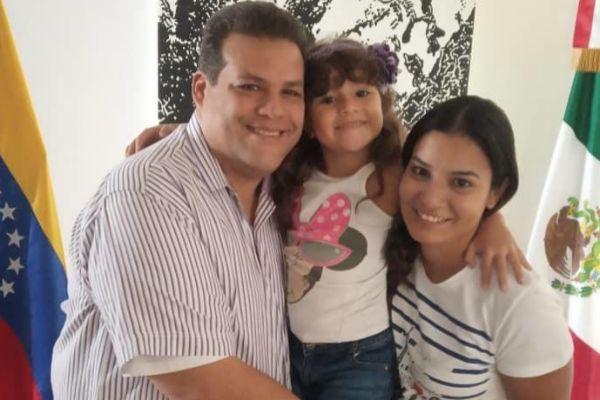Franco Casella, junto a su mujer y su hija.