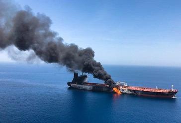 El buque petrolero noruego Front Altair arde en llamas el pasado jueves en el golfo de Omán.