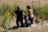 Tres migrantes cruzan la frontera con Estados Unidos en Río Grande (Ciudad Juarez).