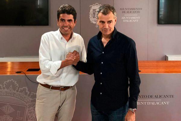 Carlos Mazón (PP) escenifica el acuerdo con Toni Cantó (Cs) con un apretón de manos en la sala de prensa del consistorio alicantino.