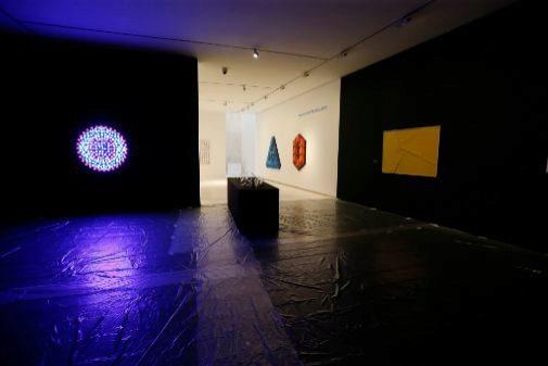 La luz del móvil de Sempere ilumina la estancia central de 'Antes del arte', que ultima sus preparativos para su inauguración el próximo martes.