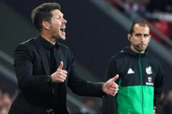 Simeone da instrucciones a los jugadores del Atlético.