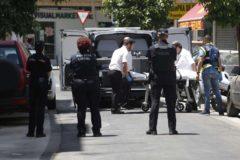 Operarios de la funeraria trasladan el cuerpo sin vida de uno de los fallecidos.