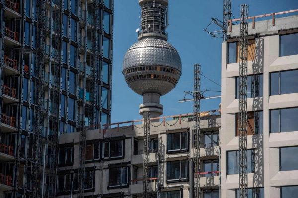 Obras junto a la torre de televisión en el centro de Berlín.