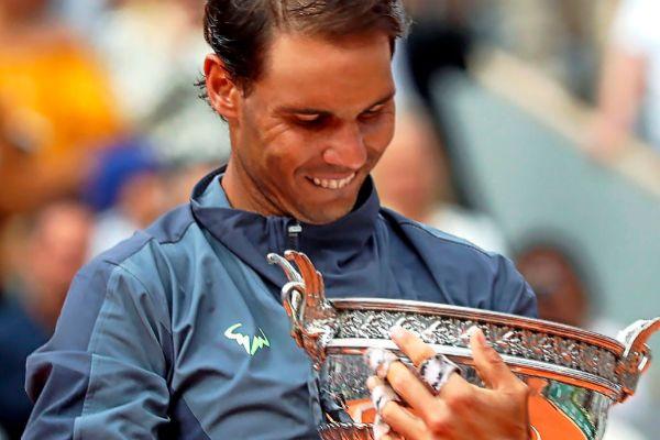 El tenista mallorquín Rafa Nadal contempla su duodécimo trofeo de Roland Garros.