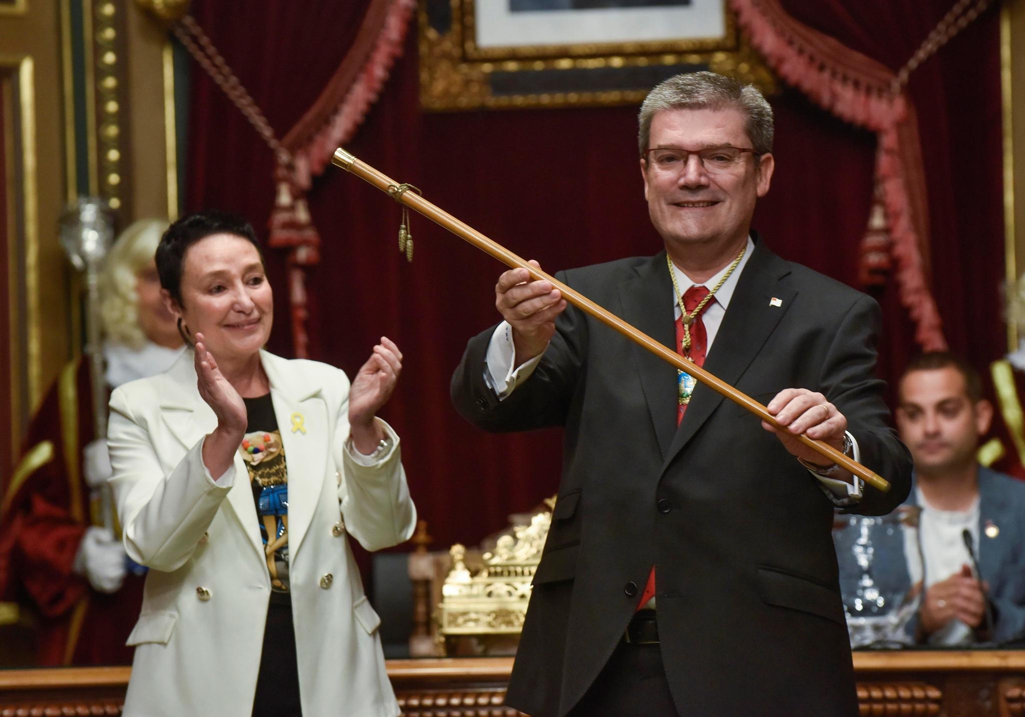El alcalde de Bilbao, Juan María Aburto, con la makila de mando.