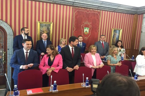 El nuevo alcalde Burgos, Daniel de la Rosa, en primer término a la izquierda