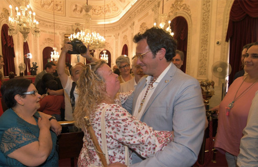 Kichi abraza a su madre tras ser reelegido alcalde de Cádiz.