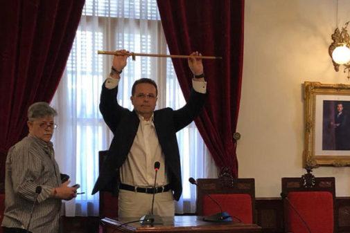 Dimas Vázquez alza la vara de mando en el pleno de investidura en Sueca.