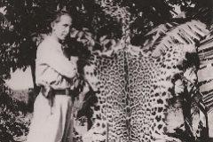 Don Isaac, junto a la piel de uno de los jaguares abatidos.