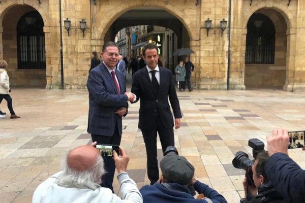 Alfredo Canteli (izq.), nuevo alcalde de Oviedo, junto al líder de Cs, Ignacio Cuesta.