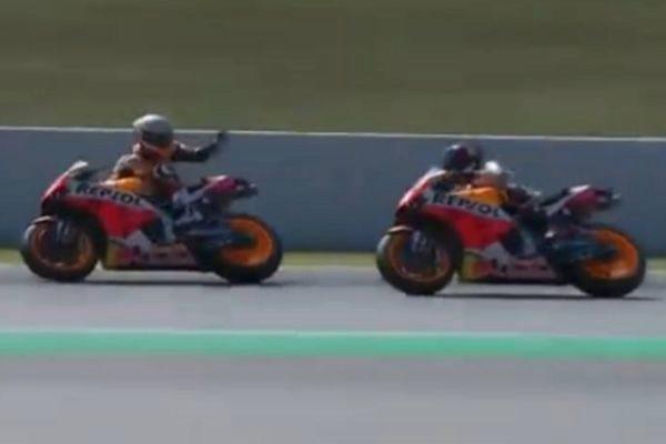 Márquez y Lorenzo en pleno incidente en Montmeló.