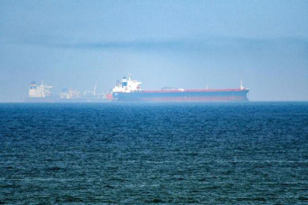 Imagen de dos petroleros atravesando el golfo de Oman.