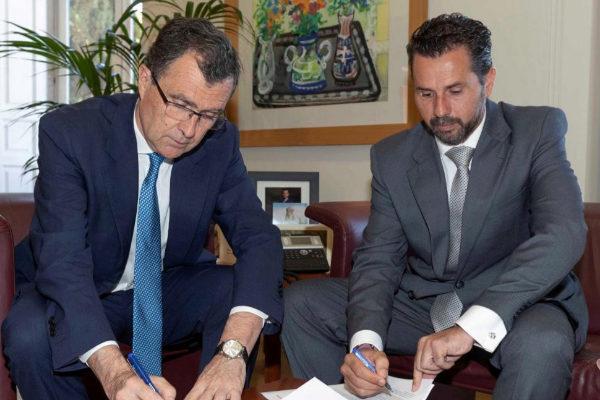 El 'popular' José Ballesta (izqda.) firma un acuerdo de gobierno con Mario Gómez, de Ciudadanos.