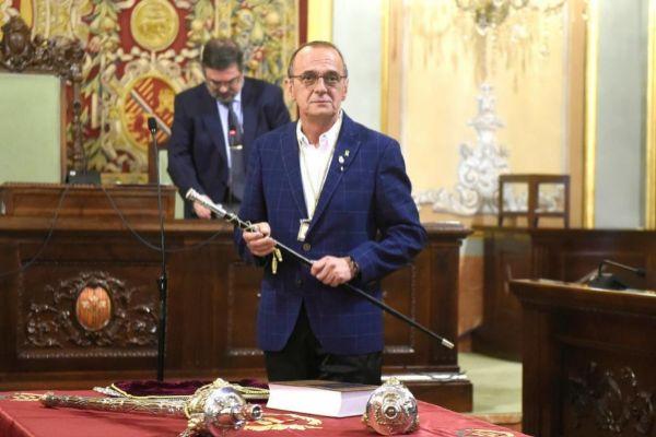 GRAF8857. <HIT>LLEIDA</HIT>.- El republicano Miguel Pueyo que se ha convertido este sábado en alcalde de <HIT>Lleida</HIT> con el apoyo de JxCat <HIT>Lleida</HIT>, con el bastón de mando.
