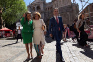 GRAF8806. TOLEDO, 15/06/2019.- La vicepresidenta del Gobierno, Carmen Calvo, ha arropado a la socialista Milagros Tolón (i), que ha tomado posesión como alcaldesa de Toledo, este sábado en el pleno de constitución de la nueva corporación municipal. EFE/Ismael Herrero