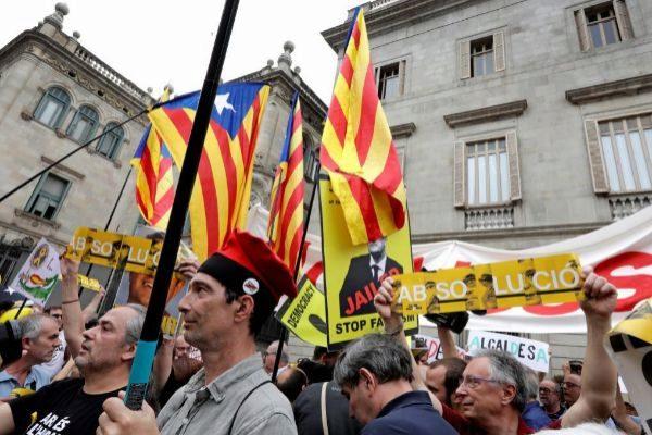 Independentistas y 'comunes', antes de la toma de posesión de Ada Colau