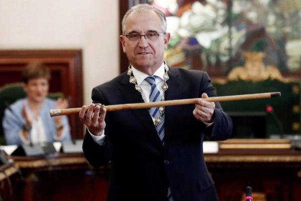 Enrique Maya muestra el bastón de mando tras ser elegido alcalde de Pamplona.
