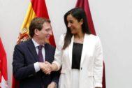 José Luis Martínez-Almeida, PP, y Begoña Villacís, Cs, escenifican el pacto en Madrid.