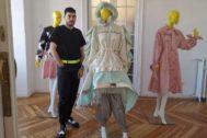 Domingo Rodriguez con su ultima colección en el showroom de Courel Comunicación.