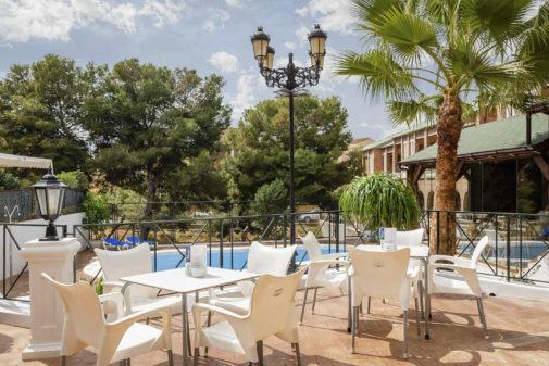 Una de las renovadas terrazas exteriores del hotel boutique Calas de Alicante.