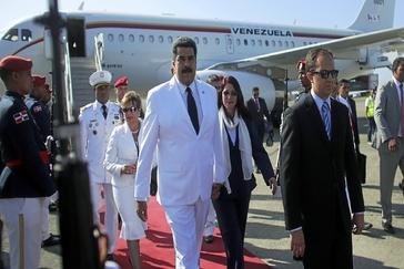 El líder chavista Nicolás Maduro y su esposa, Cilia Flores (centro), durante un viaje a Santo Domingo en 2016.