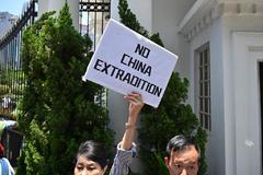Manifestantes protestan contra la propuesta de ley de extradición a China.
