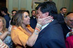 Susana Díaz felicita al alcalde de Huelva, Gabriel Cruz.