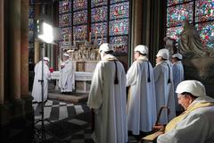El arzobispo de París, Michel Aupetit, en la misa celebrada en Notre Dame.