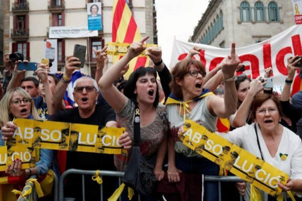 Manifestantes independentistas durante el pleno de reelección de Colau