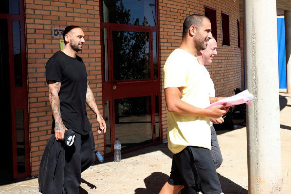 GRAF1488. ZUERA (ZARAGOZA).- Los ex futbolistas Carlos <HIT>Aranda</HIT> (primer término) y <HIT>Raúl</HIT> <HIT>Bravo</HIT> (i) han abandonado esta tarde, sobre las 17.15 horas, la prisión de Zuera (Zaragoza) tras abonar sus abogados la fianza impuesta por el juez del Juzgado de Instrucción nº5 de Huesca que investiga la presunta red de amaños de partidos de fútbol de Primera y Segunda División.