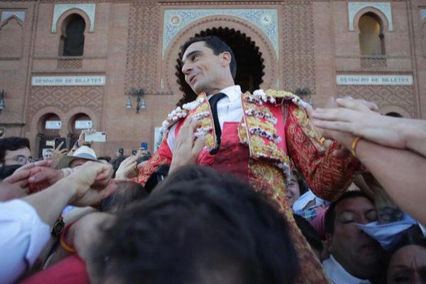 Paco Ureña sale a hombros por la Puerta Grande de la Monumental de las Ventas después de desorejar a un gran toro de Victoriano del Río.
