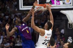 GRAF9256. <HIT>MADRID</HIT>.- El ala-pívot estadounidense del FC <HIT>Barcelona</HIT> Lassa Chris Singleton (i) lucha con Edy Tavares, del Real <HIT>Madrid</HIT>, durante el primer partido de la final de la Liga ACB que se juega esta noche en el Palacio de los Deportes, en <HIT>Madrid</HIT>.