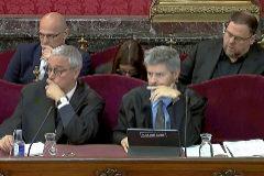 Los abogados Xavier Melero y Andreu Van den Eyden, delante de los acusados Raül Romeva y Oriol Junqueras.