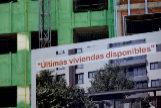 Carteles de venta de viviendas en un bloque en construcción en Madrid.